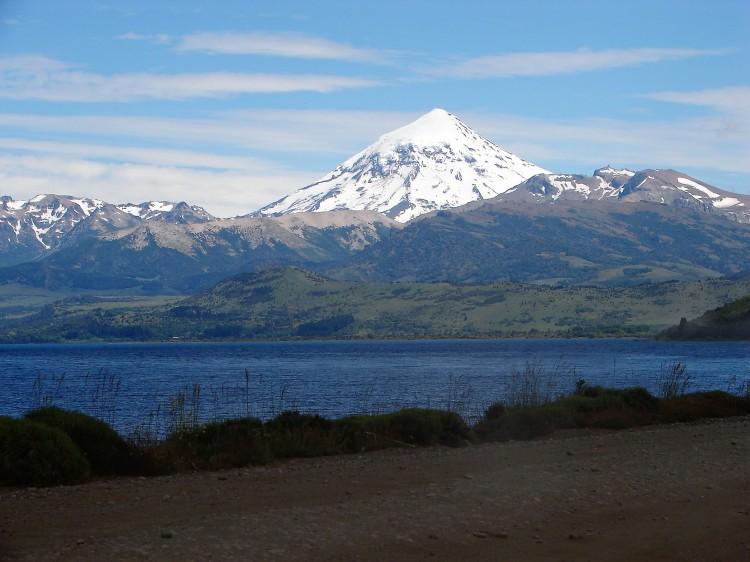 Lago Huechulafquen - Volcán Lanín - Neuquén - Argentina